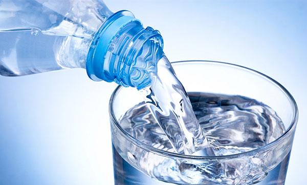 sau sinh bị táo bón nên ăn gì: nên uống nước hàng ngày