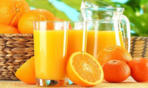 Mẹ mới sinh em bé nên ăn gì ? Nước ép cam là một lựa chọn tốt!