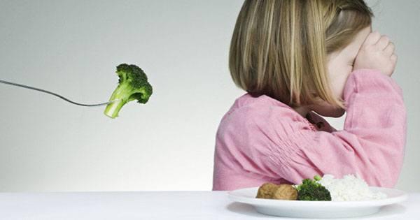 trẻ không chịu ăn rau : đừng la mắng ép buộc trẻ
