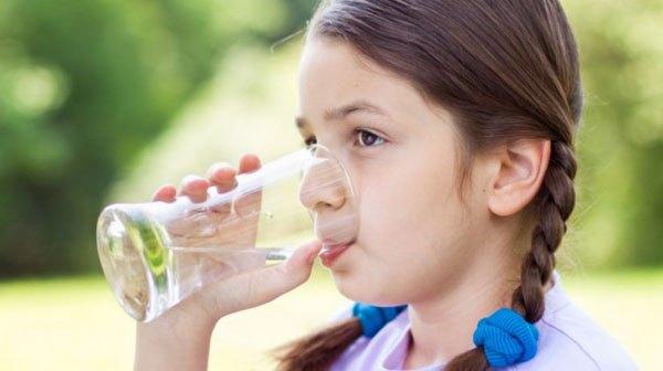 trị táo bón cho bé bằng cách bổ sung nước