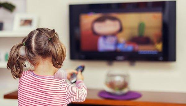 cách chữa táo bón ở trẻ em: Không cho trẻ ngồi lì một chỗ