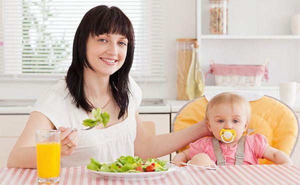 trẻ bị táo bón mẹ nên ăn gì
