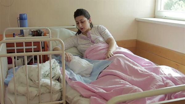 mẹ sau sinh bị táo bón do ít vận động